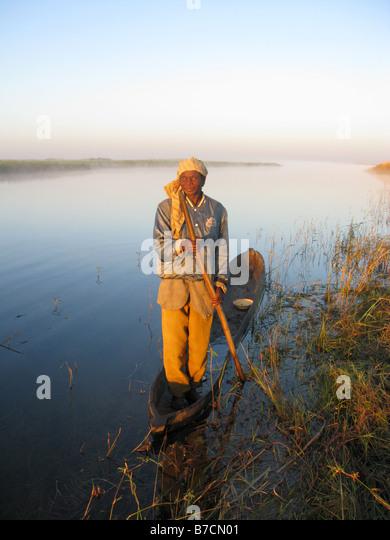 Augen eines Fischers im Einbaum an Ufern der Luapula Nebenfluss des Kongo-Fluss in der Demokratischen Republik Kongo Stockbild