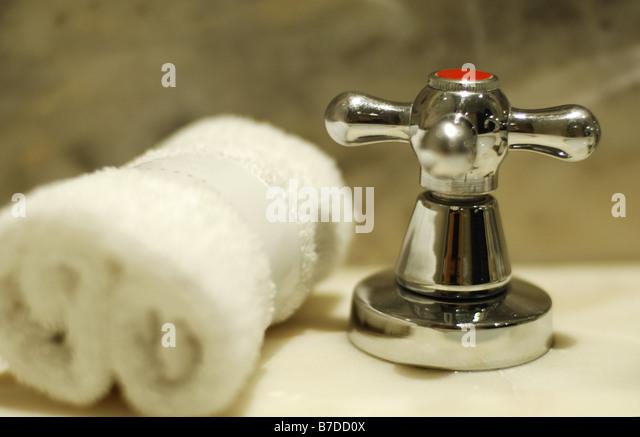 Wasserhahn in einem Marmor-Badezimmer Stockbild