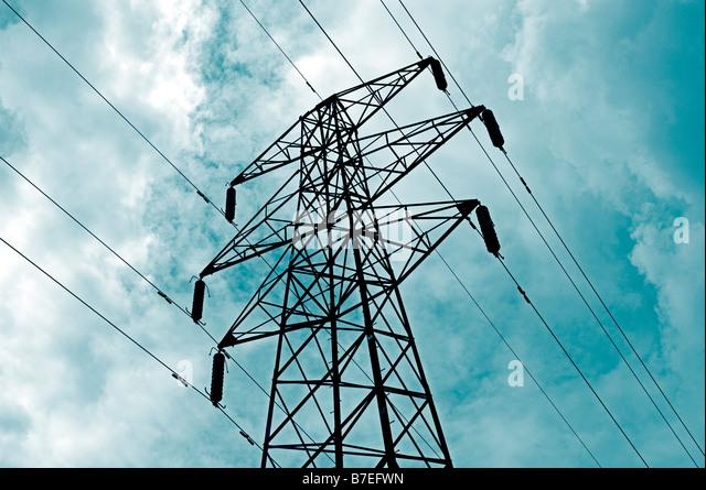 STROM-PYLON MIT ZULEITUNGEN ODER LINIEN GEGEN EINEN BEWÖLKTEN HIMMEL ELECTRIC Stockbild