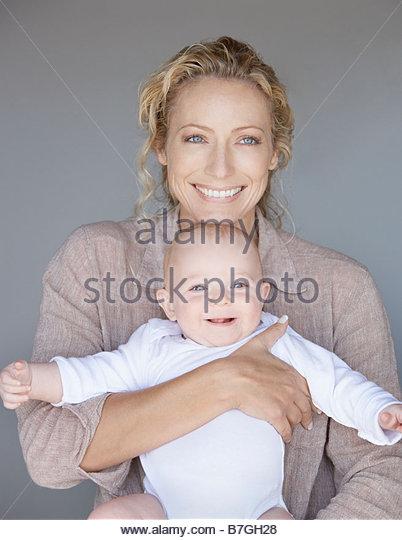 30-35 Jahre, 30er Jahre, 6-9 Monate, Baby, jungen, Zuneigung, Anfänge, Farbbild, kuscheln, Tag, umarmen, Familie, Stockbild