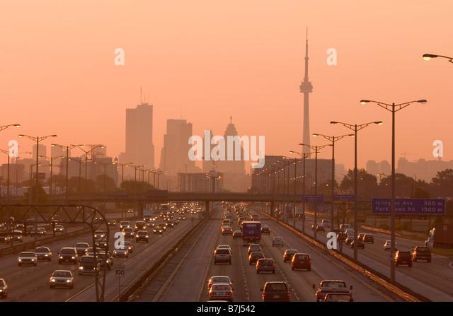 Blick auf Toronto Skyline von oben Queen Elizabeth Way Autobahn beim Start der Feierabendverkehr, Toronto, Ontario, Stockbild