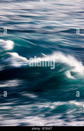 Pazifischen Ozeanwellen an Land an Fanshell Overlook, Pebble Beach, Monterey Peninsula, Kalifornien, USA Stockbild