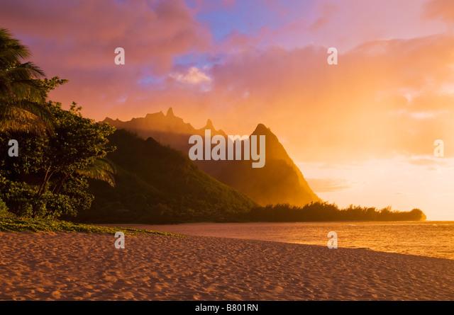 Abendlicht am Na Pali Coast Turmspitzen aus Tunneln Strand Insel Kauai Hawaii Stockbild