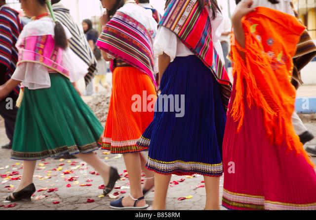 Bunte Highland Kleider getragen auf einem Festival in Ambato, Provinz Cotopaxi in Ecuador Stockbild