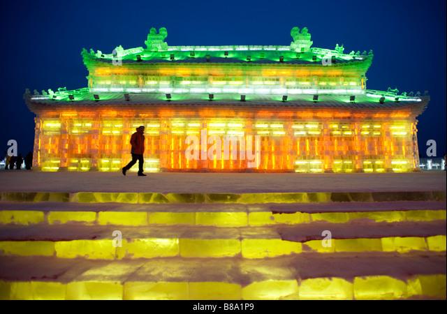 Spektakuläre Eisskulpturen an der Harbin Ice and Snow Festival in Heilongjiang Provinz China beleuchtet Januar Stockbild