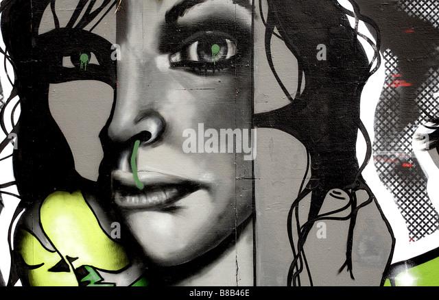 Landschaft-Farbbild von Graffiti auf der Berliner Mauer in Deutschland. Stockbild