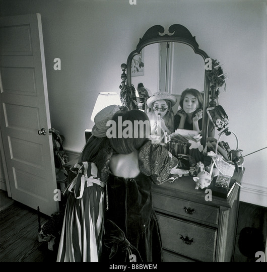 FL4881, Nick Kelsh; Zwei junge Mädchen spielen Dress-Up Spiegel, BW Stockbild