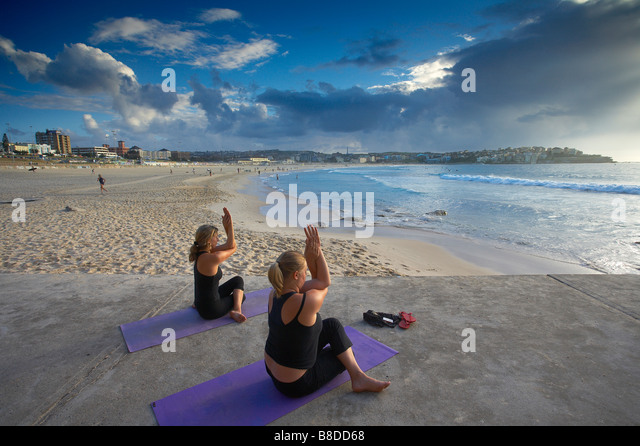 Frauen, die Übungen am Bondi Beach in der Morgendämmerung, Sydney, New South Wales, Australien Stockbild