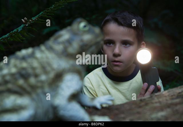 Junge mit Fackel und Kröte Stockbild