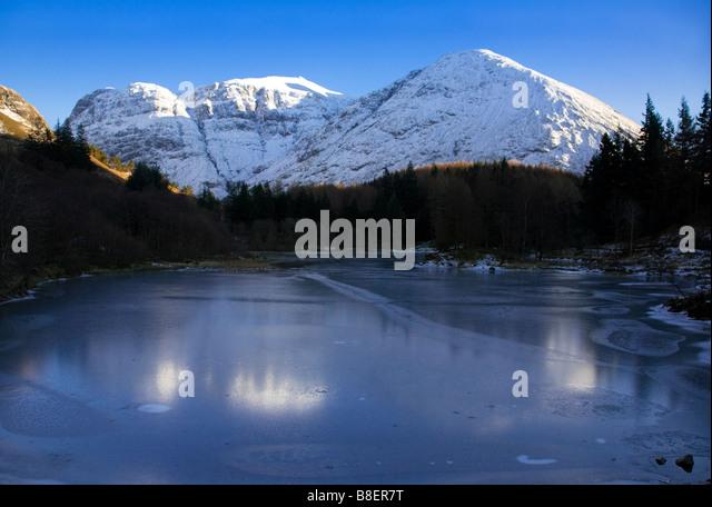 Eine schneebedeckte Bidean Nam Bian und gefrorenen man im Winter, Glen Coe, Lochaber, Schottland. Stockbild