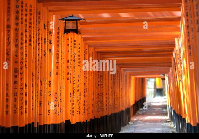 Orange lackiert Torii-Tore im Fushimi Inari-Taisha-Schrein in Kyoto, Japan Stockbild