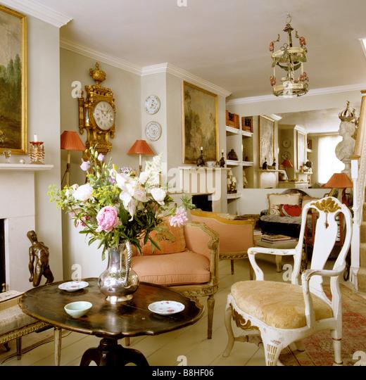 London-Zimmer mit Möbel aus dem 18. und 19. Jahrhundert und Artefakte zeichnen Stockbild