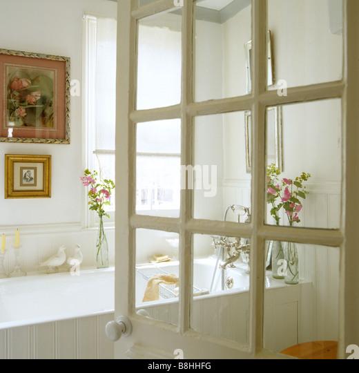 Blick durch georgische verglaste Tür in ein weißes Badezimmer Stockbild