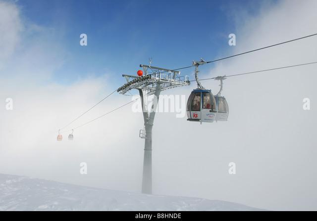 der längste Skilift in der Welt am Nassfeld verschwindet in den Wolken Stockbild