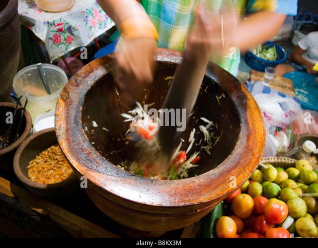 Detail der Thai Street Anbieter machen spicy Papayasalat am Nachtmarkt in Trang Thailand Stockbild