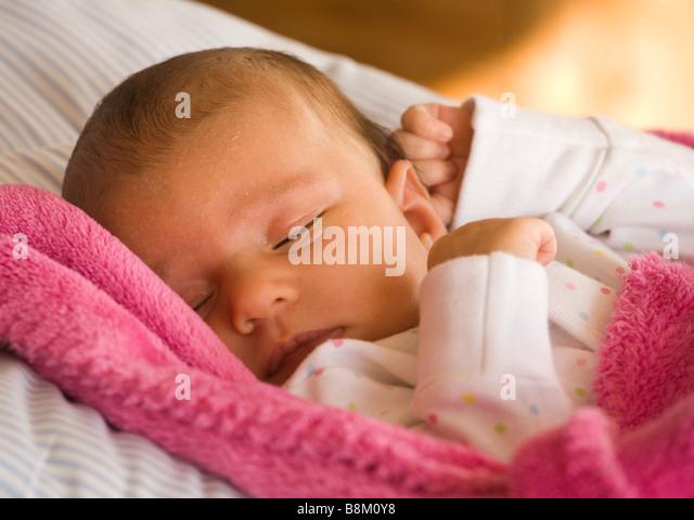 Fünf Wochen alten Babymädchen schläft Stockbild