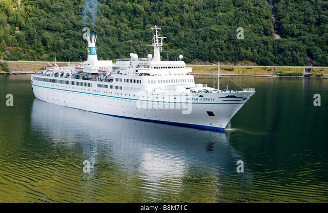 Kreuzfahrtschiff SS Maxim Gorky (1968), der Phoenix Reisen vor Anker im Aurlandsfjord bei Flaam, Norwegen.  Schiff Stockbild