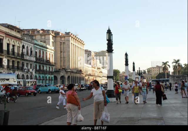 Kubaner und Touristen auf der Straße führt zu den Capitol Parque Central am Boulevard Paseo de Marti Square Stockbild