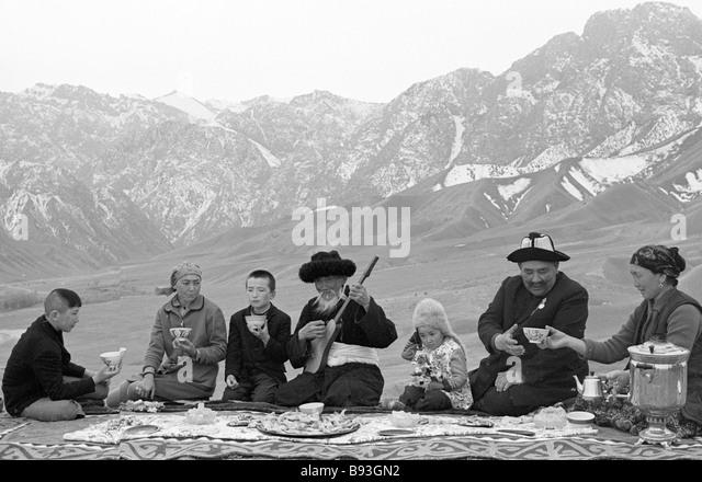 Ein älterer kirgisischen Mann spielen die Trump während der Festlichkeiten in der kishlak Stockbild