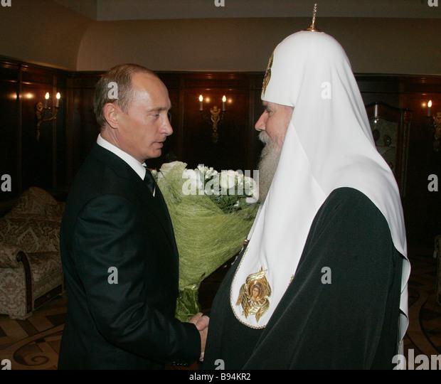 Der russische Präsident Vladimir Putin links gratulieren Patriarch von Moskau und alle Russland Alexy II rechts Stockbild