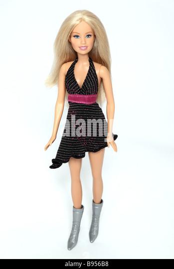 Barbie-Puppe trägt ein schwarzes Mini-Kleid. Stockbild