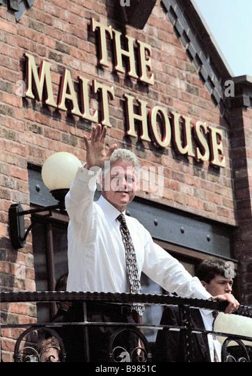 US-Präsident Bill Clinton besucht Mälzerei Pub während 1998 G8-Gipfels in Birmingham Stockbild