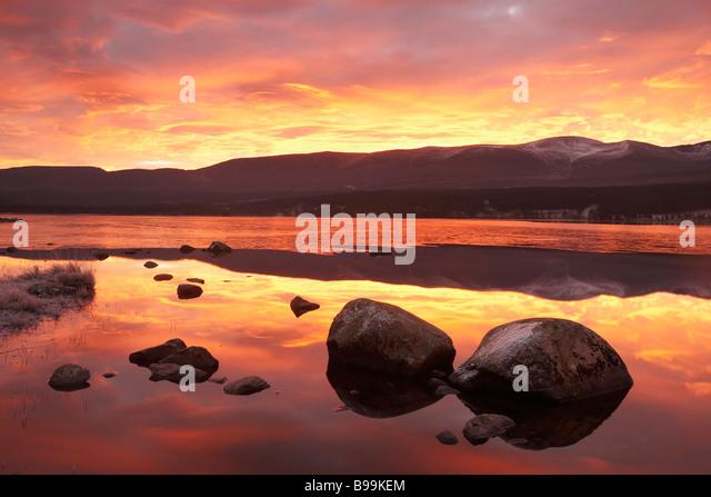 Loch Morlich und Cairngorm Berge in der Dämmerung Stockbild