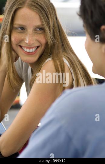 Junges Paar lächelnd an einander, konzentrieren sich auf Frau Stockbild