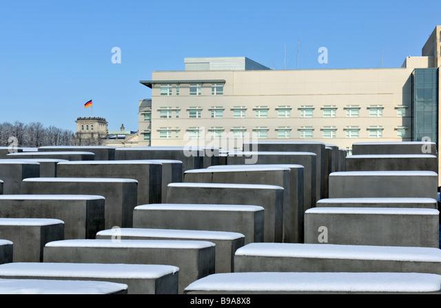 Berlin Holocaust Memorial Beton Fünfergruppe vom Architekten Peter Eisenmann im Hintergrund neue amerikanische Stockbild
