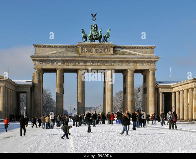 Berlin Paris Platz Brandenburger Tor Quadriga im Winterschnee Stockbild