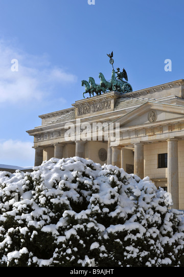 Berlin Paris Platz Brandenburger Tor Quadriga mit Schnee Stockbild