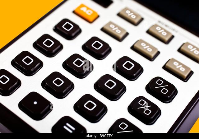 0 % Zinsen Null Prozent gezeigt auf einem altmodischen Rechner Stockbild