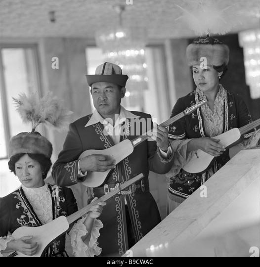 Trump-Player Chalagyz Isabaev Center und Solisten des kirgisischen staatlichen Philharmonie Stockbild