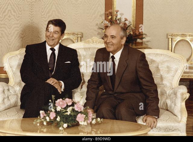 U S Präsident Ronald Reagan rechts und Generalsekretär der KPdSU zentralen Ausschuss Mikhail Gorbachev Stockbild