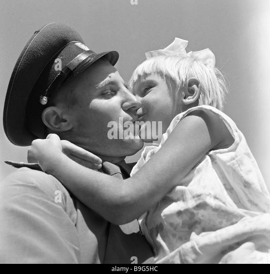 Ein Teilnehmer in der sowjetischen chinesischen Grenze Konflikt Treffen mit seiner Tochter nach Krankenhaus entlassen Stockbild