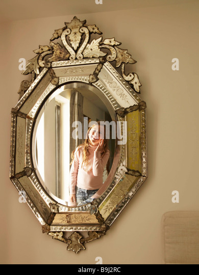 Mädchen in venezianischen Spiegel Stockbild