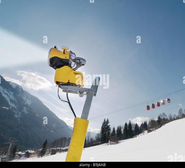 Schneefräse und Seilbahn im Skigebiet Stockbild