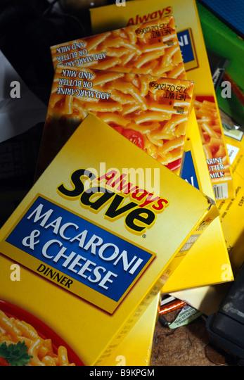 Immer speichern generische Makkaroni und Käse-Boxen, gelb, in dunkler Umgebung. Stockbild