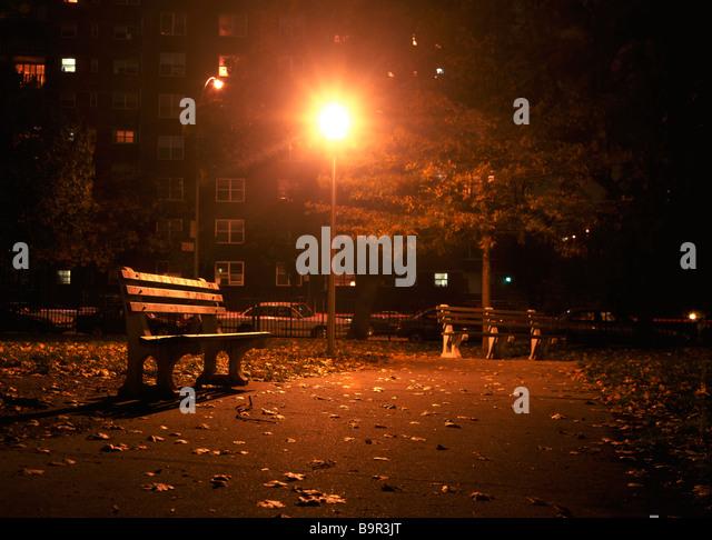 Ein verlassener städtischer Park in der Nacht Richard B Levine Stockbild