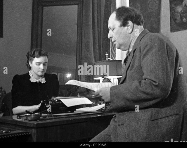 Schriftsteller Alexei Tolstoy und seine Frau Ljudmila in der Studie Stockbild