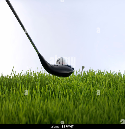 Golfschläger und Golfball und t-Stück Rasen Stockbild
