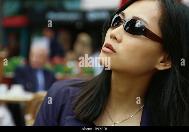 Frau mit Sonnenbrille, nachschlagen Stockbild