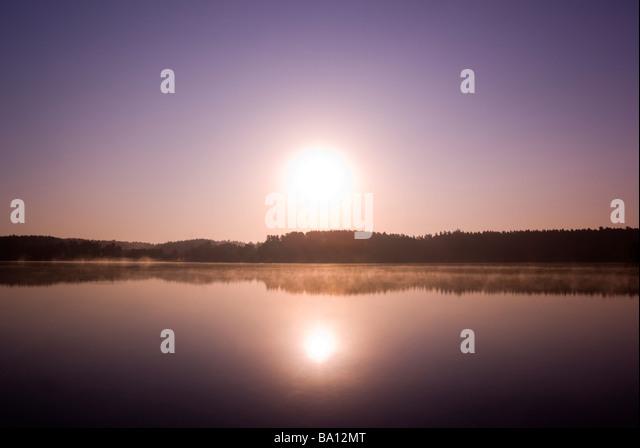 Sonnenaufgang über dem nebligen See Masuren Polen aRGB Stockbild