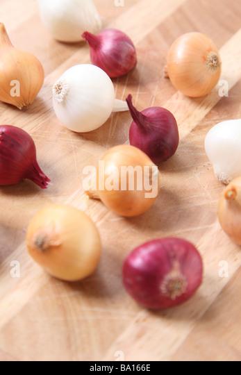 Perle Zwiebeln auf Holzuntergrund Stockbild