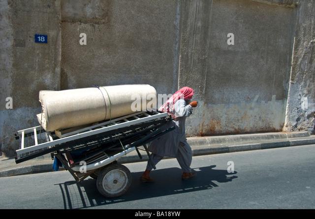 Arbeitnehmer, die Transport von Ware Dubai Stockbild