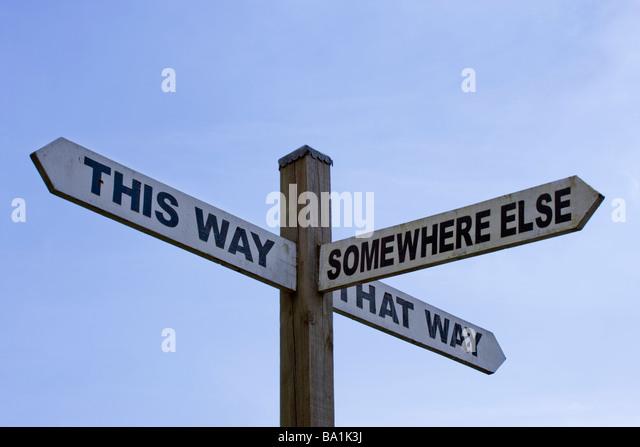 Humorvolle Zeichen - This Way,, die Way, woanders. Surrey, UK Stockbild