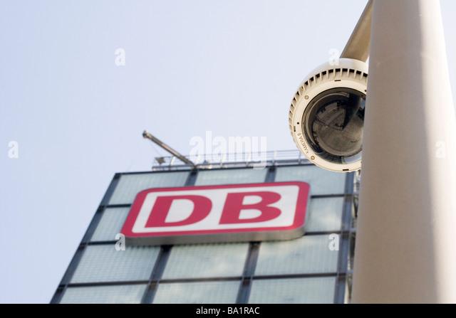 Überwachungskamera und das Logo der Deutschen Bahn AG am Hauptbahnhof Stockbild