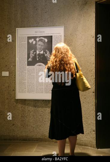 USA New Yorker Whitney Museum of American Art Wandzeitung clipping Besucher Rücken-Meinung kein Herr Nord Amerika Stockbild