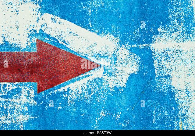 Roter Pfeil auf blauen Wand gemalt Stockbild