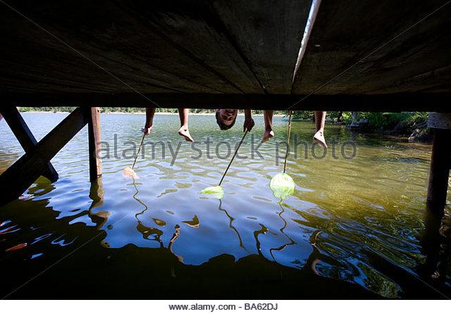 Dock-Jungen suchen unter Stockbild